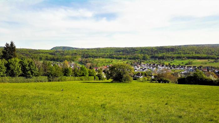 Graefenhausen-Birkenfeld-don-viajon-turismo-recreativo-senderismo-primavera-distrito-del-rio-Enz-Baden-Wurttemberg-Alemania