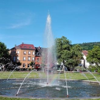 Ettlingen-plaza-de-la-estacion-del-tren-don-viajon-turismo-urbano-jardines-bonitos-primavera-baden-wurttemberg-alemania
